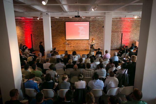 Full House im großen Saal des Spreespeichers an der Oberbaumbrücke/Osthafen in Berlin