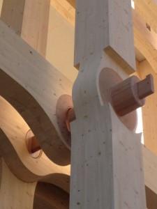2.000 Kubikmeter Fichtenholz bilden die Tragstruktur, die ohne zusätzliche Stahlverstärkung auskommt.