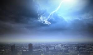 Es blitzt über der Stadt, das kann ein schönes Schauspiel sein, kann aber auch gefährlichen Schaden anrichten. Quelle: Fotolia
