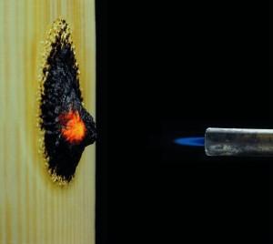 Brandversuch mit spezial beschichtetem Holz (c)Rudolf Hensel GmbH