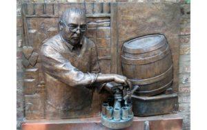Der Brunnen wurde Hans Lommerzheim von seinen treuen Stammgästen errichtet
